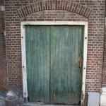 Oude kozijn met poort